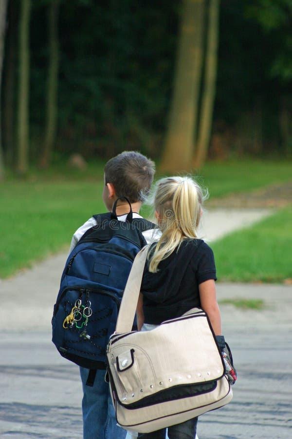 Bambini che attendono sul bus fotografia stock