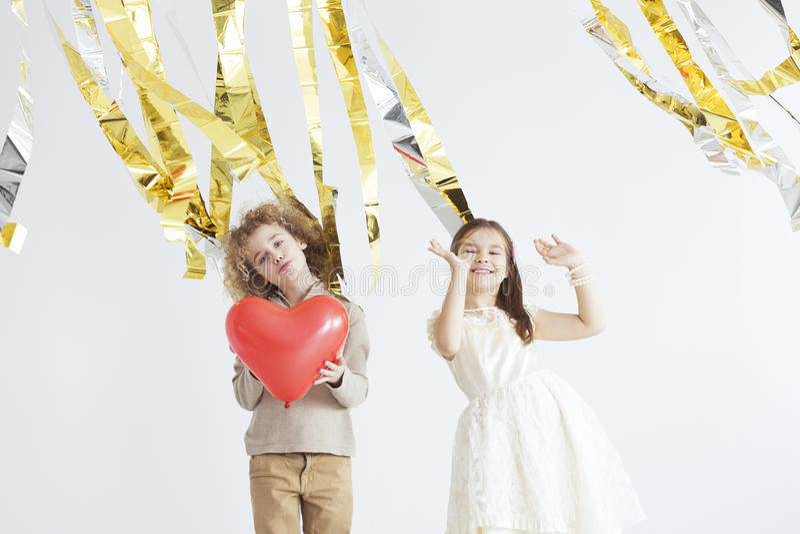 Bambini che celebrano giorno del ` s del biglietto di S. Valentino fotografia stock libera da diritti