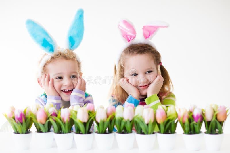 Bambini che celebrano Pasqua a casa immagini stock libere da diritti