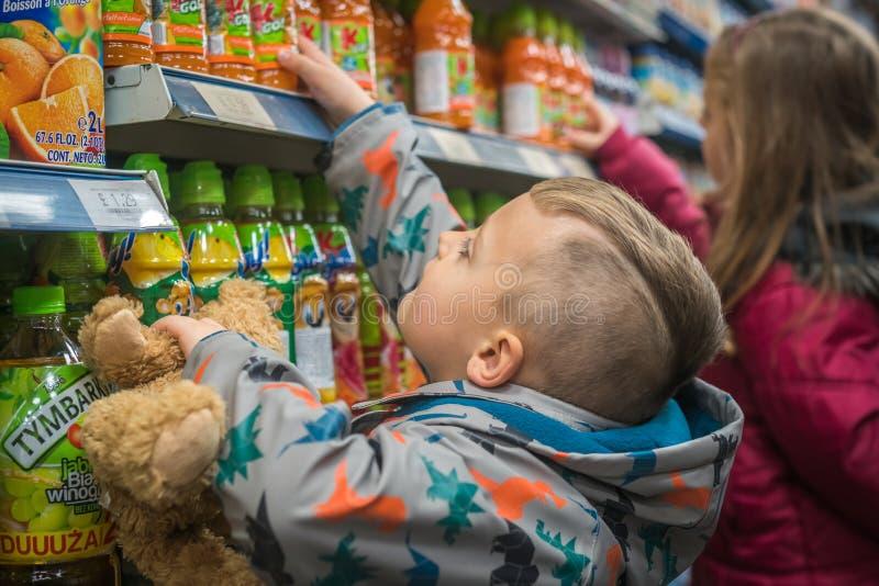 Bambini che comperano per le bibite dolci fotografia stock libera da diritti
