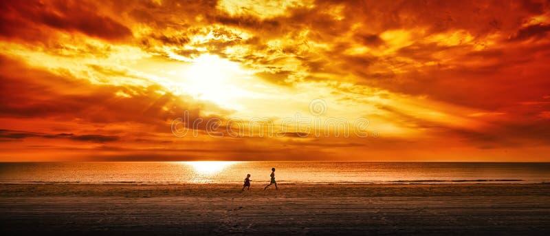 Bambini che corrono su una spiaggia fotografie stock