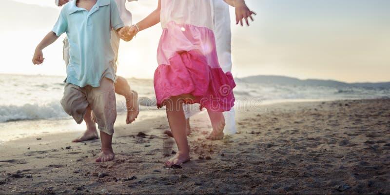 Bambini che corrono sul concetto della spiaggia fotografia stock libera da diritti