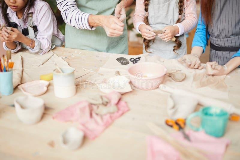 Bambini che creano terraglie fatte a mano fotografia stock