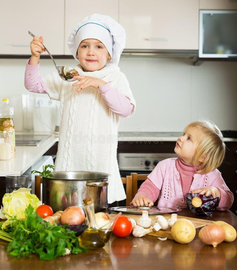 Bambini che cucinano nella cucina fotografia stock