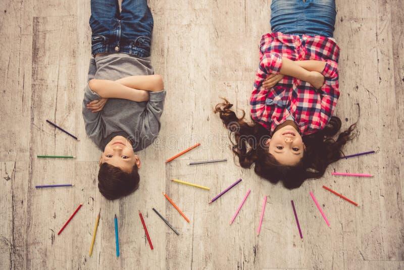 Bambini che disegnano a casa immagini stock libere da diritti