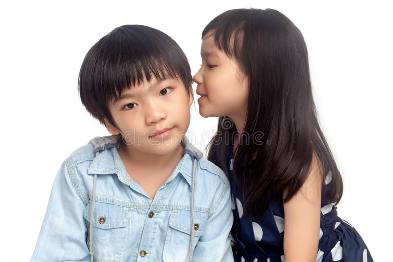Bambini che dividono segreto fotografie stock