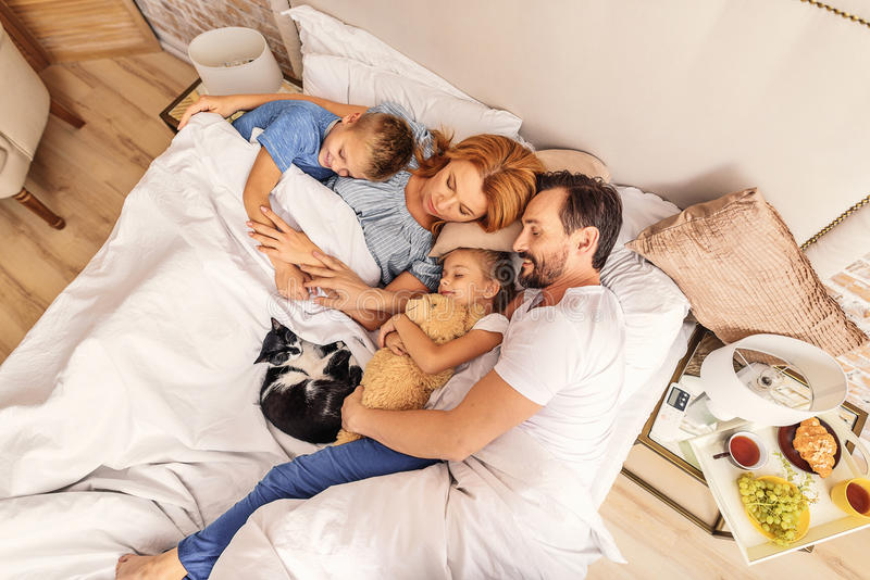 Bambini che dormono con i loro genitori immagini stock libere da diritti