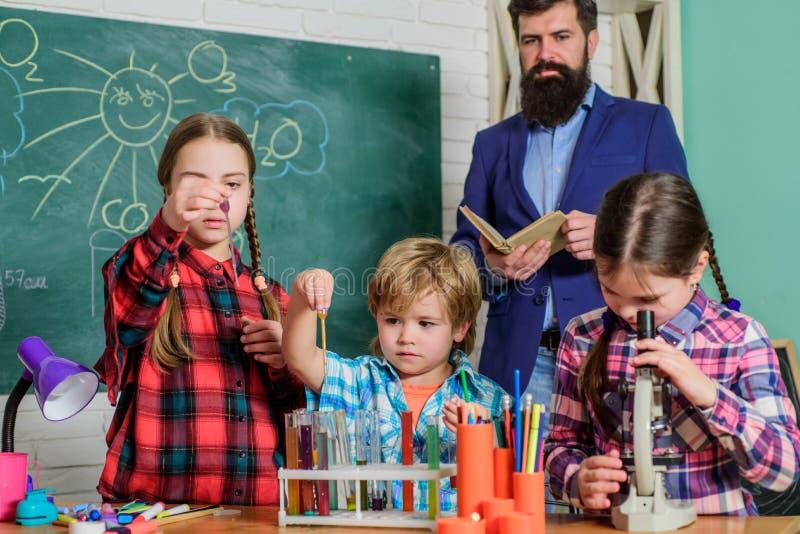 Bambini che fanno gli esperimenti di scienza Istruzione Laboratorio di chimica insegnante felice dei bambini Di nuovo al banco fa fotografia stock