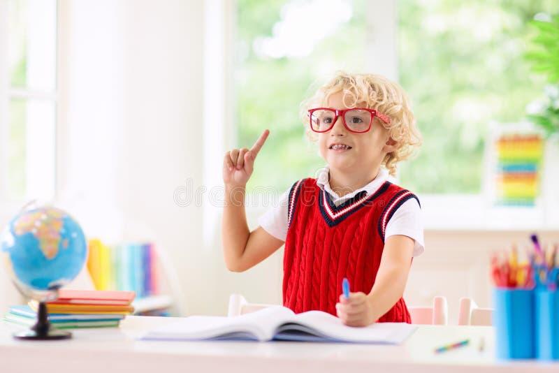 Bambini che fanno lavoro I bambini ritornano a scuola immagini stock