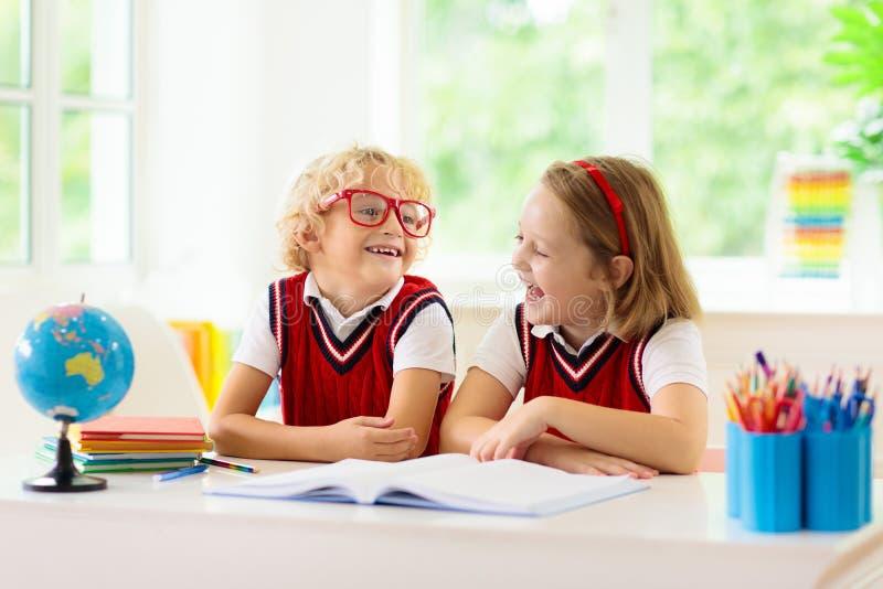 Bambini che fanno lavoro I bambini ritornano a scuola fotografia stock