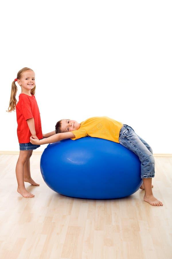 Bambini che fanno le esercitazioni relative alla ginnastica fotografia stock