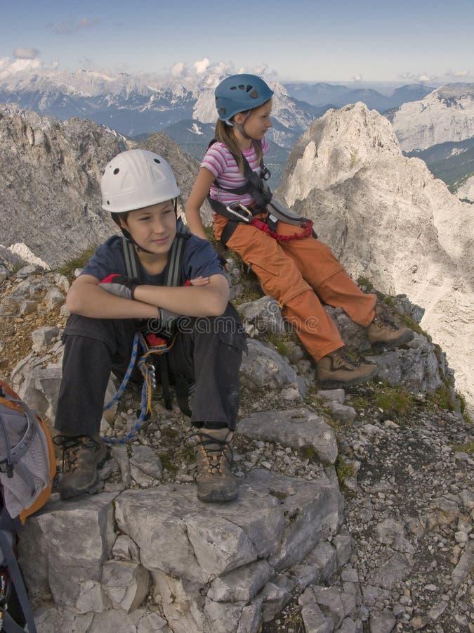 Bambini che fanno un'escursione in montagne in alpi immagine stock