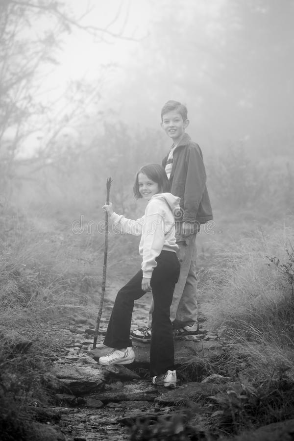 Bambini che fanno un'escursione in nebbia fotografie stock