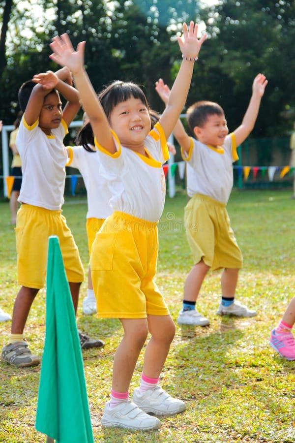 Bambini che giocano al giorno di sport di asilo
