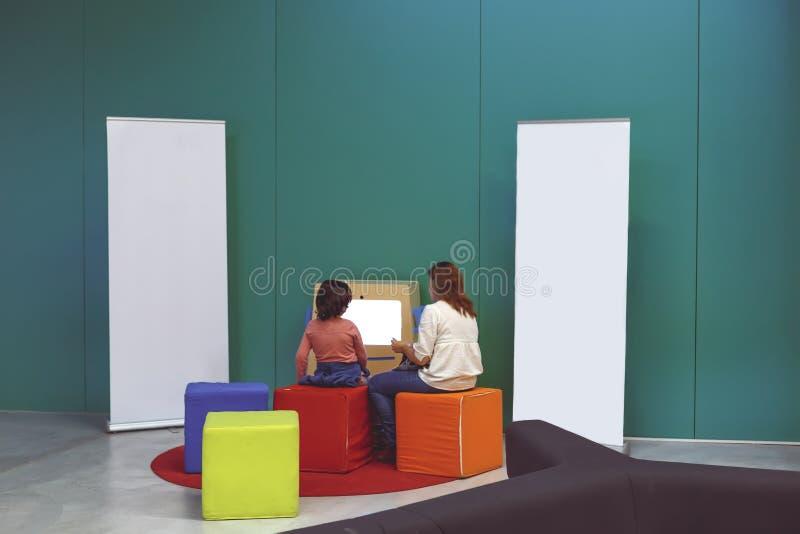 Bambini che giocano al nuovo centro culturale di Isla de la Cartuja Siviglia, Spagna immagini stock