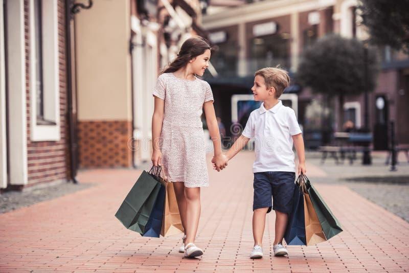 Bambini che giocano all'aperto fotografia stock libera da diritti