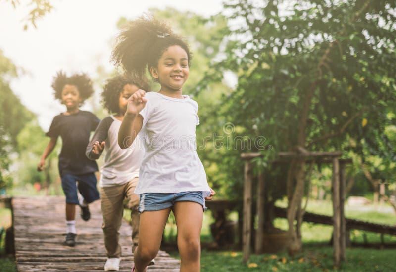 Bambini che giocano all'aperto fotografie stock libere da diritti