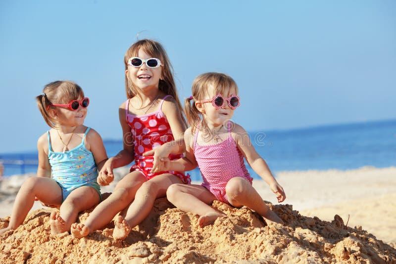 Bambini che giocano alla spiaggia fotografie stock libere da diritti