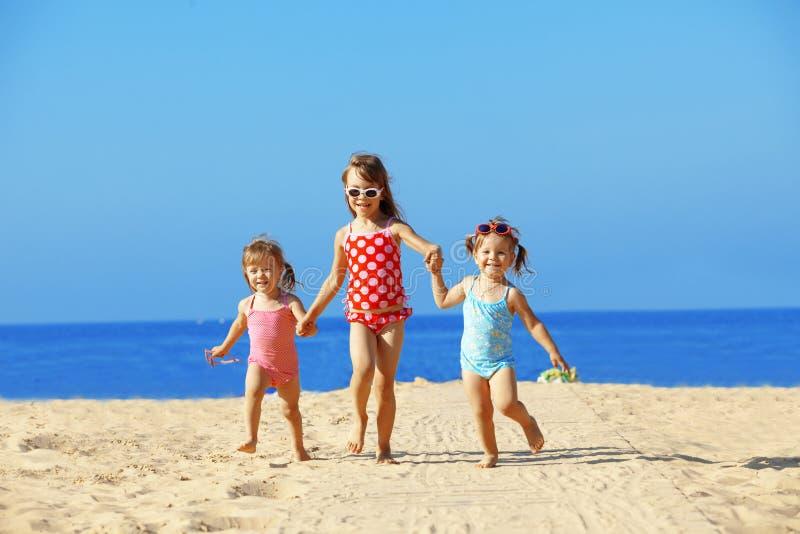 Bambini che giocano alla spiaggia immagine stock libera da diritti