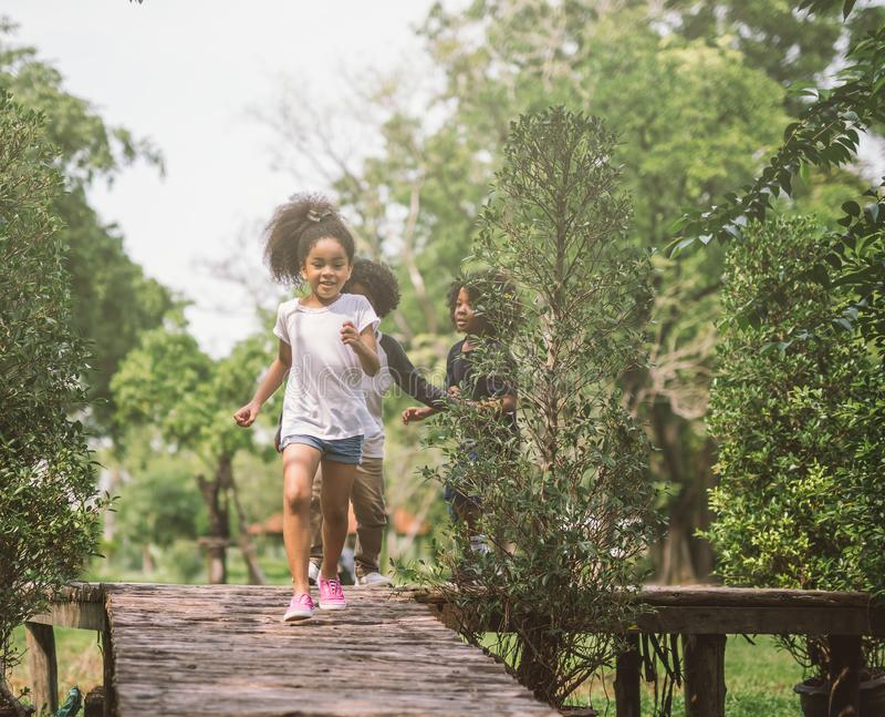 Bambini che giocano con gli amici Bambini che corrono al parco fotografia stock