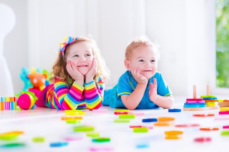 Bambini che giocano con i blocchi di legno immagine stock libera da diritti