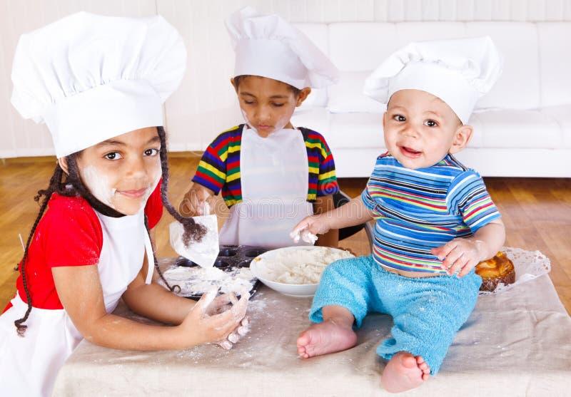 Bambini che giocano con la farina fotografia stock libera da diritti