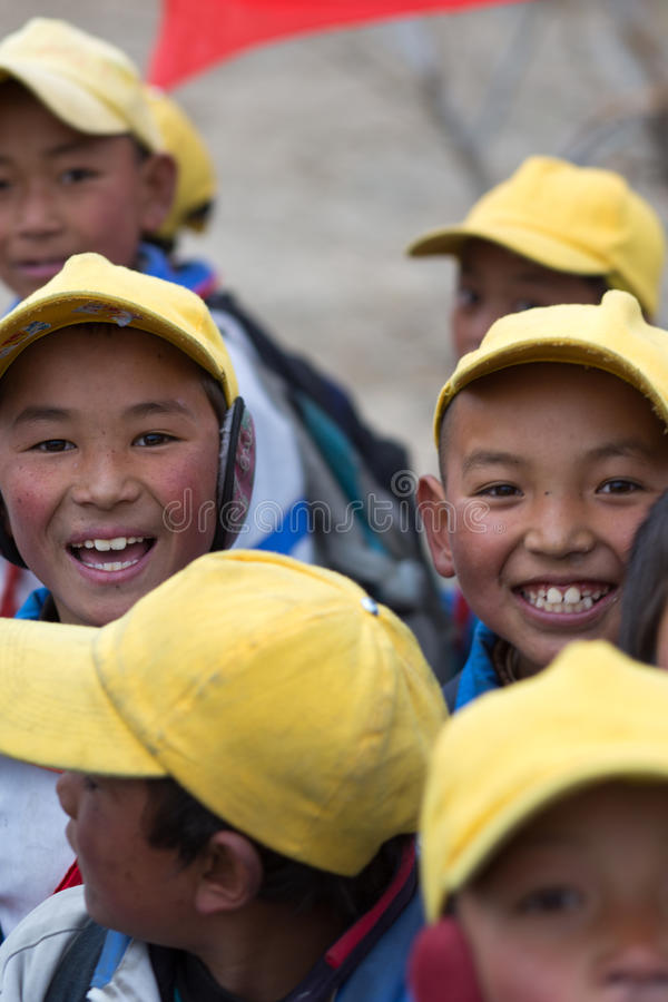 Bambini che giocano con una bandiera rossa del cinese immagini stock