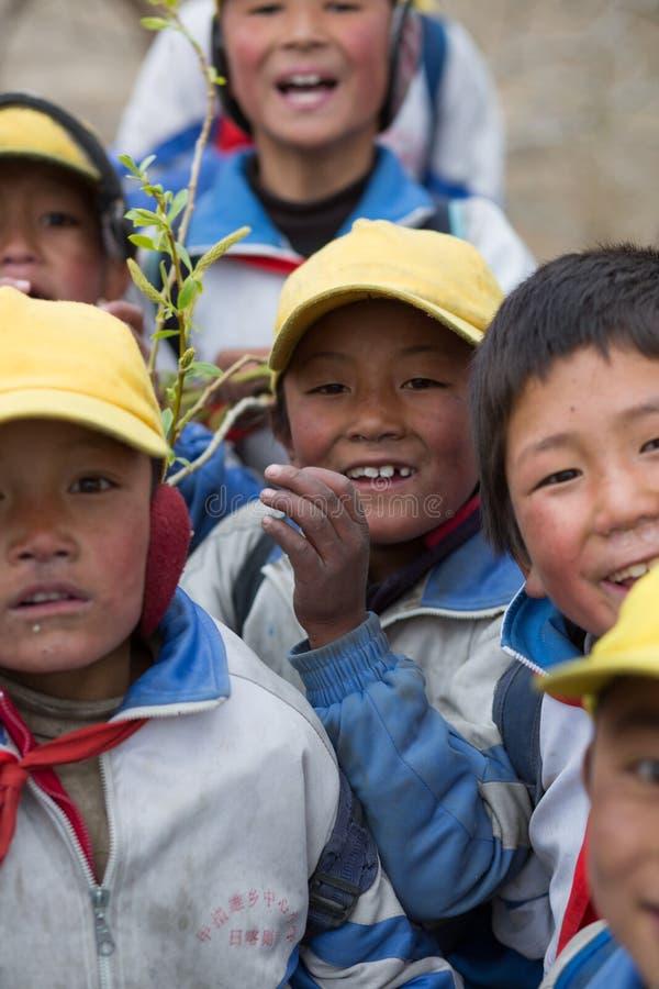 Bambini che giocano con una bandiera rossa del cinese immagine stock