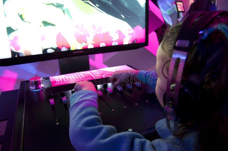Bambini che giocano dipendenza del gioco fotografie stock libere da diritti