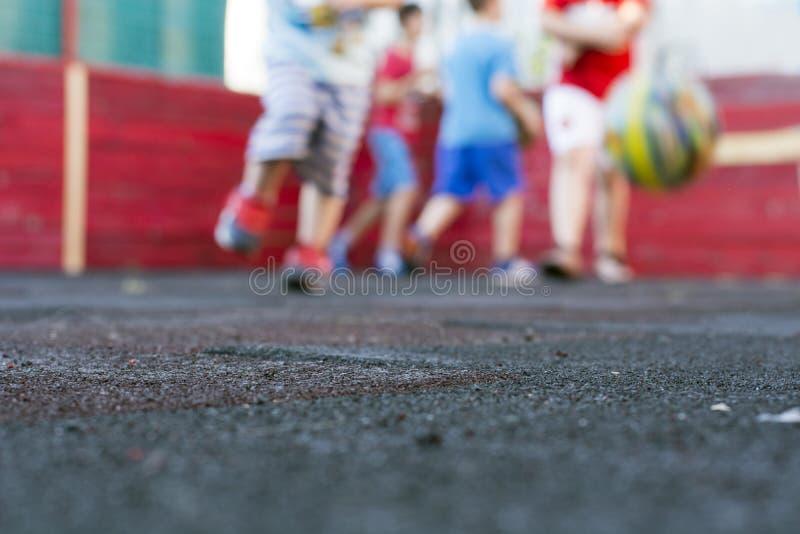 Bambini che giocano gioco del calcio immagine stock