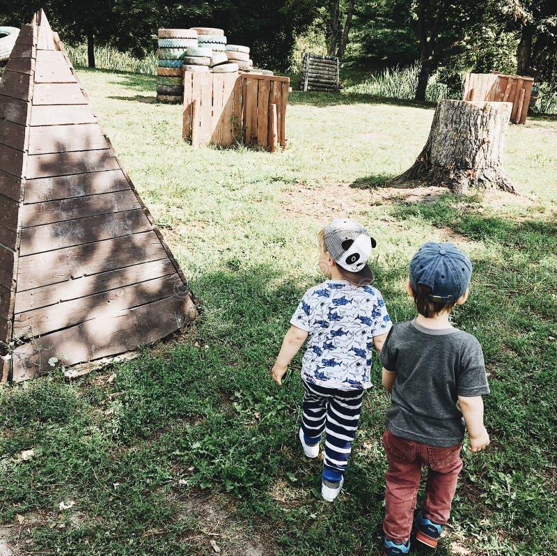 Bambini che giocano i ragazzi di amicizia degli amici fotografia stock