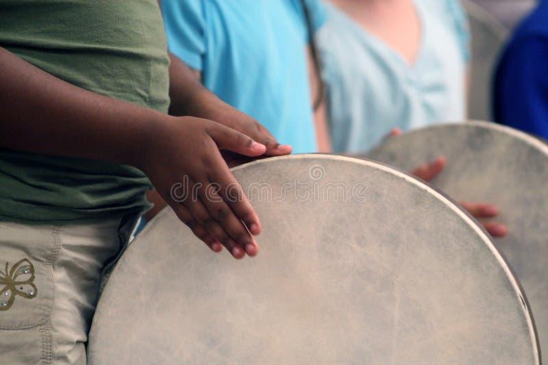 Bambini che giocano i tamburi fotografia stock libera da diritti