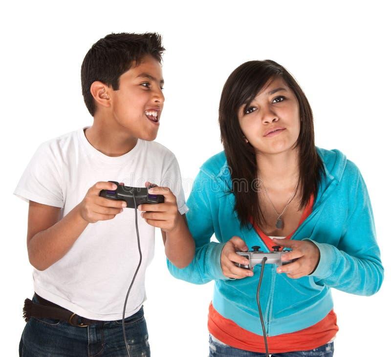 Bambini che giocano i video giochi immagine stock