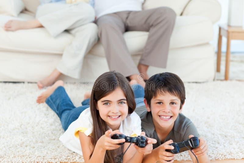 Bambini che giocano i videogiochi fotografie stock