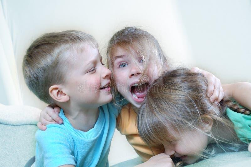 Bambini che giocano insieme immagini stock