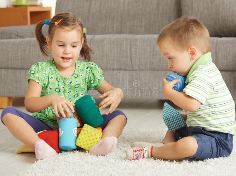 Bambini che giocano insieme nel paese fotografie stock