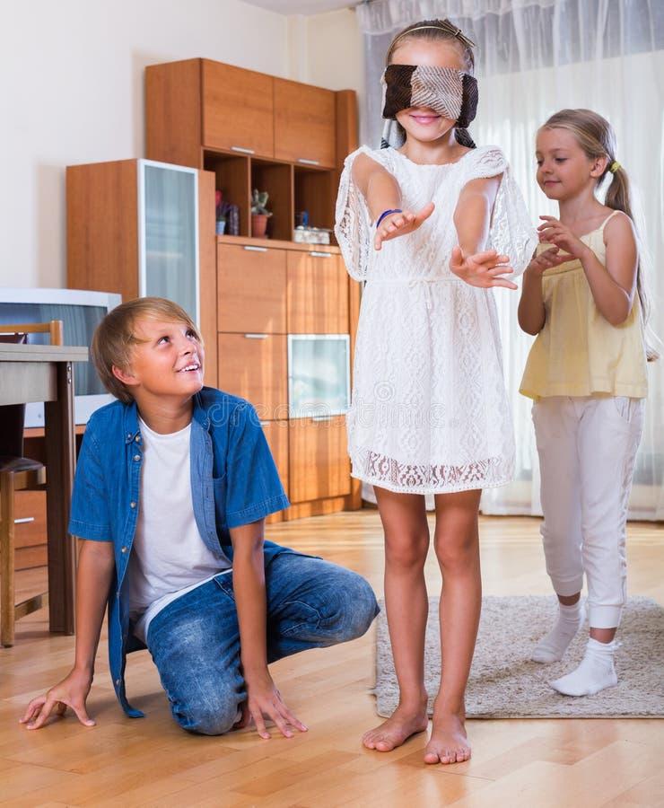 Bambini che giocano in kagome a casa immagine stock for Grandi bambini giocano a casa