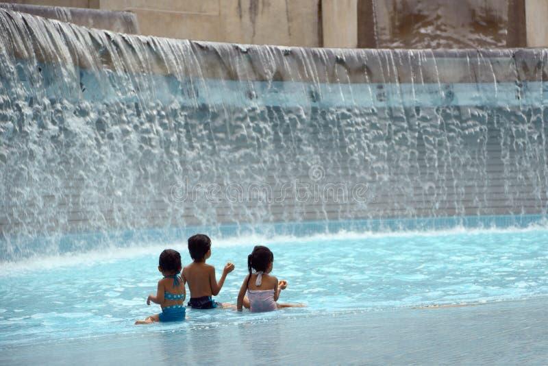 Bambini che giocano nell'acqua immagine stock libera da diritti