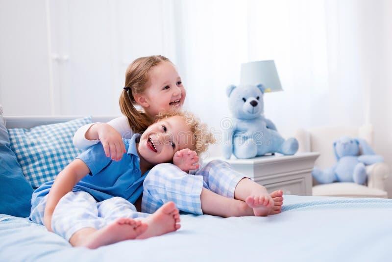 Bambini che giocano nella camera da letto bianca fotografia stock immagine di sano ridere - Camera letto bambini ...