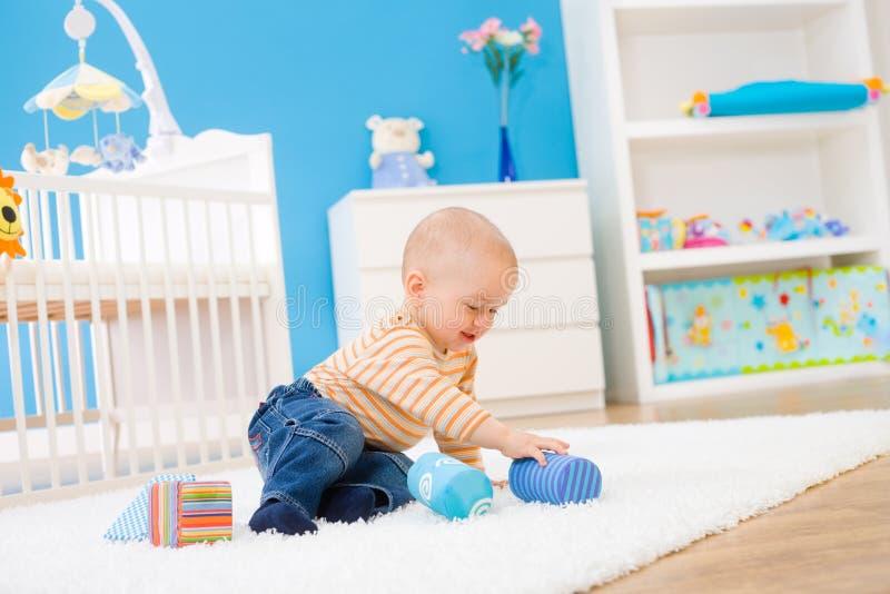 Bambini che giocano nella sala immagini stock libere da diritti
