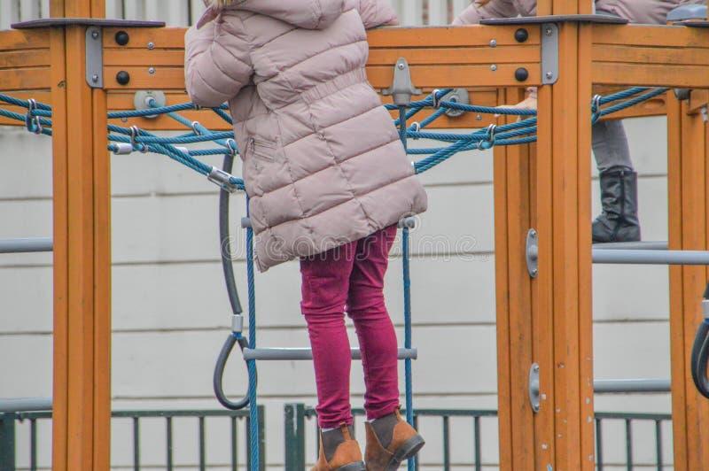 Bambini che giocano sullo scaffale rampicante di A immagini stock