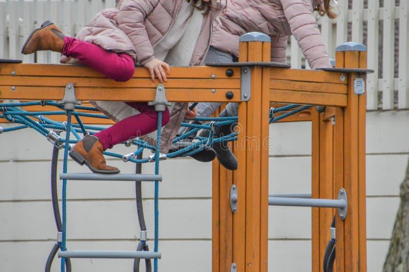 Bambini che giocano sullo scaffale rampicante di A fotografia stock