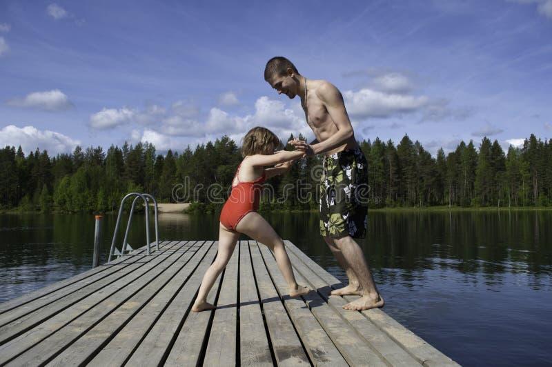 Bambini che giocano vicino al fiume fotografie stock libere da diritti