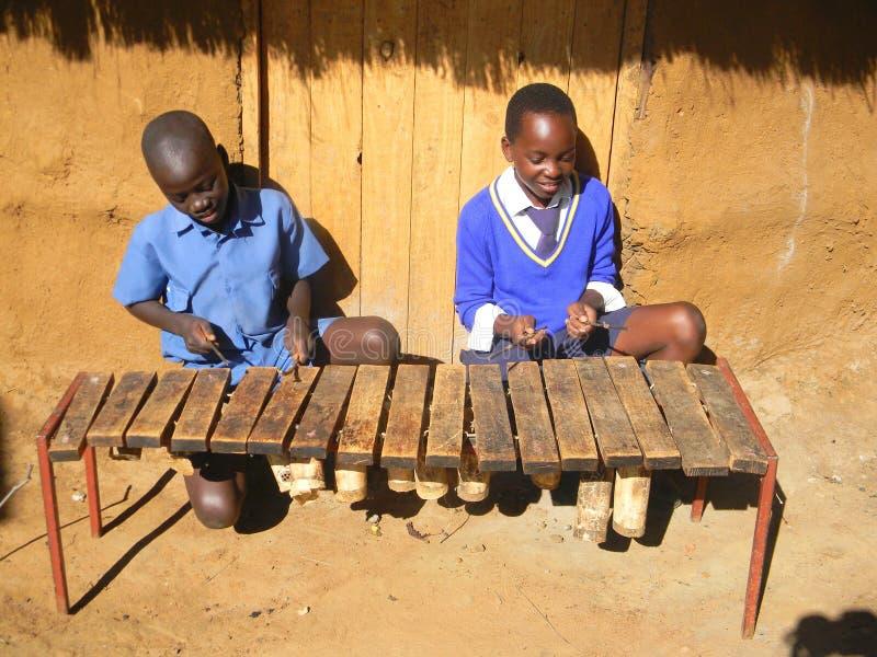 Bambini che giocano xilofono tradizionale immagine stock libera da diritti