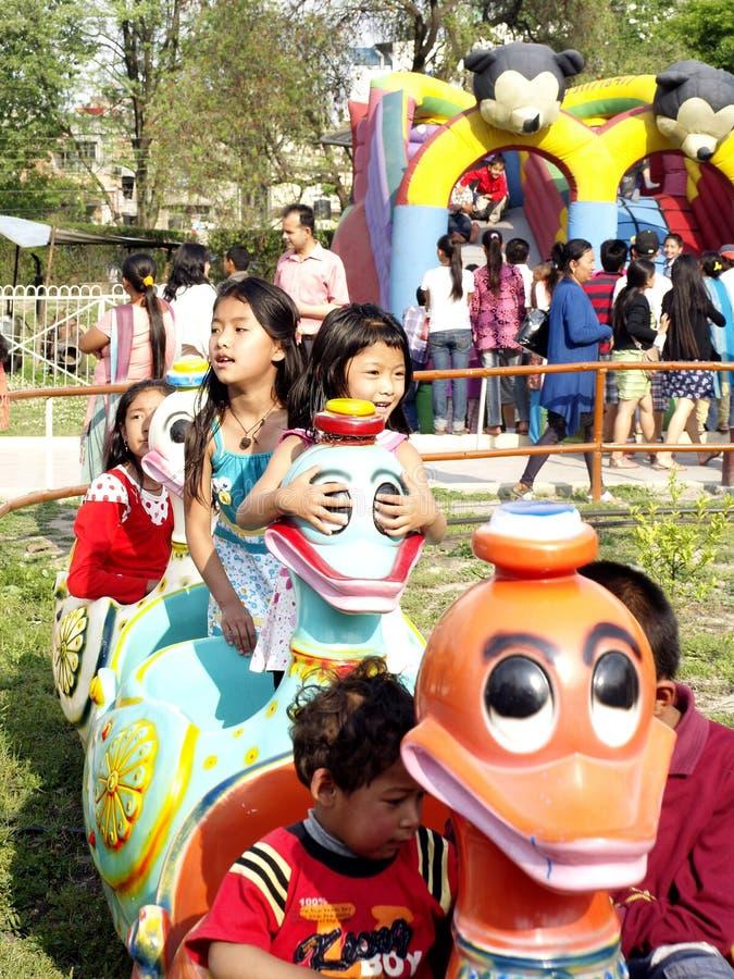 Bambini che godono nella sosta di divertimento fotografia stock
