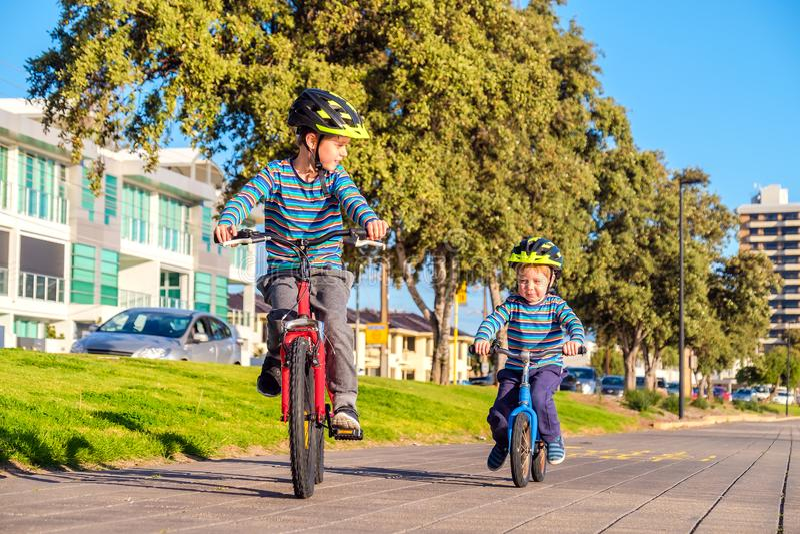 Bambini che guidano le biciclette in Glenelg fotografia stock