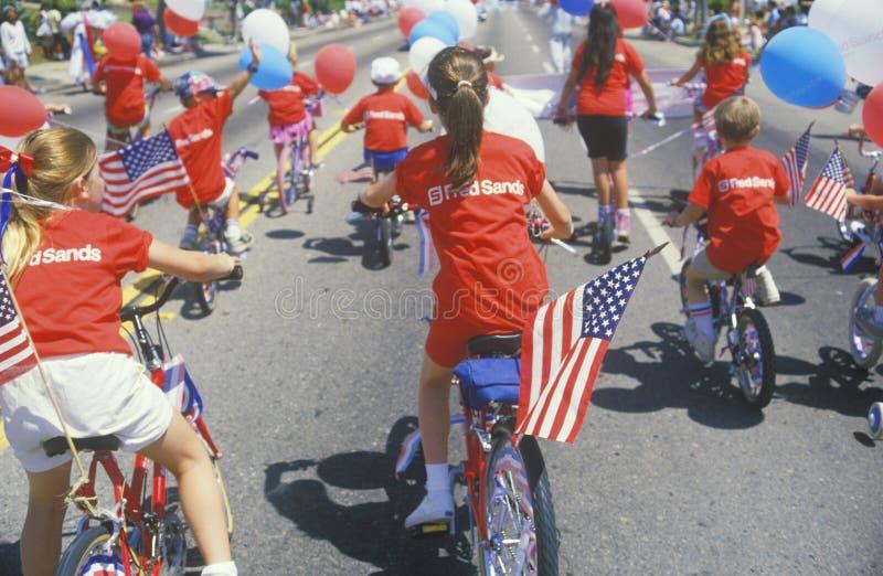 Bambini che guidano le biciclette nella parata del 4 luglio, Pacific Palisades, California fotografia stock