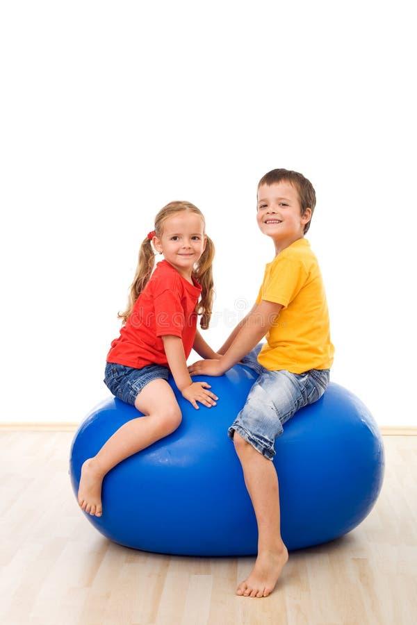 Bambini che hanno divertimento giocare con una grande sfera fotografia stock libera da diritti