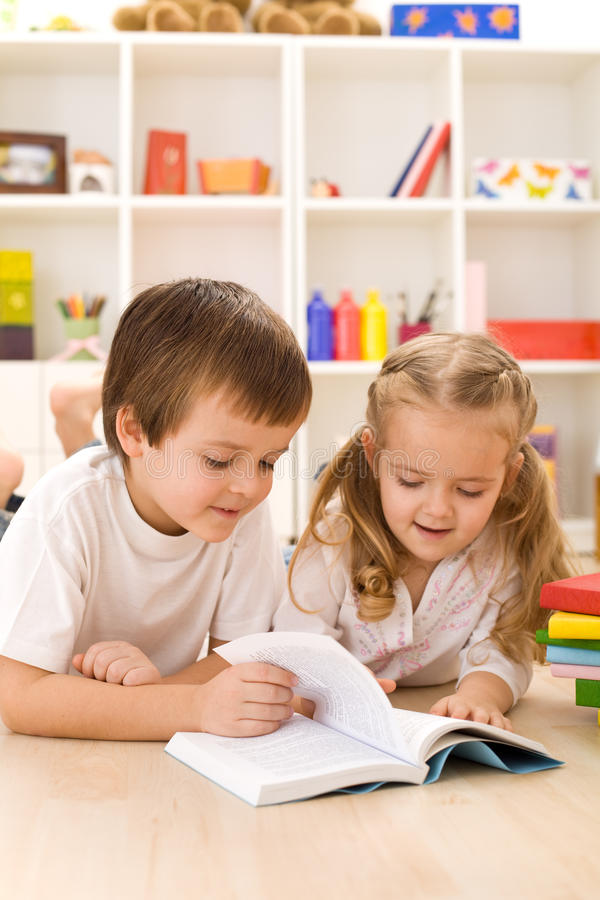 Bambini che imparano e che leggono immagini stock