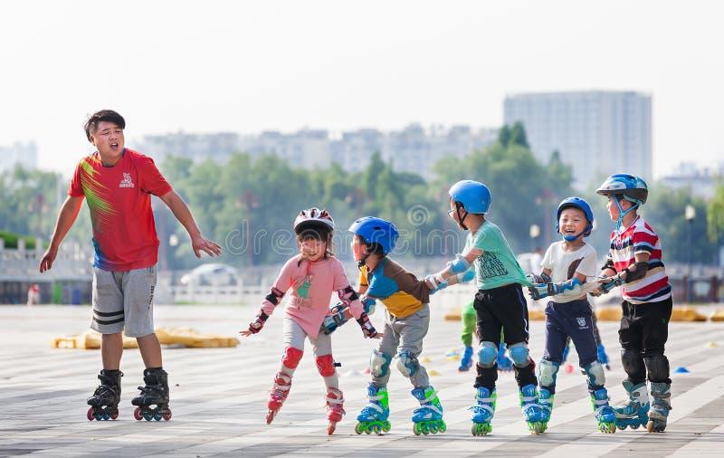 Bambini che imparano pattinare immagini stock libere da diritti
